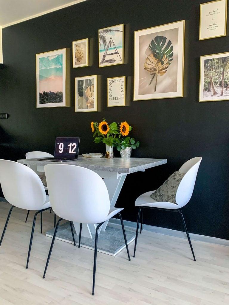czarne ściany w salonie